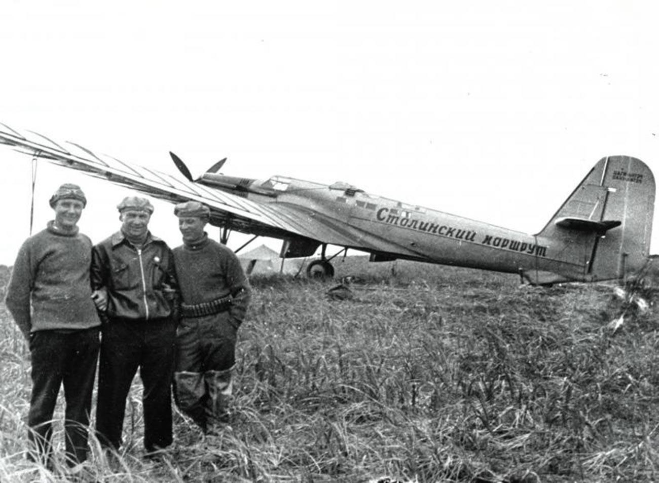 Posadka Čkalova (na sredini) po poletu julija 1936.