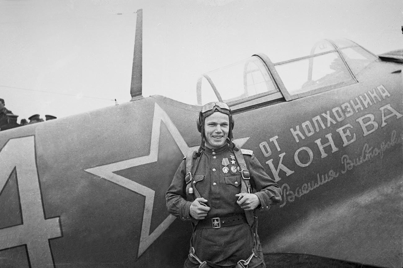 Heroj Sovjetske zveze, komandir 240. lovskega letalskega polka Ivan Kožedub ob letalu La-5FN.