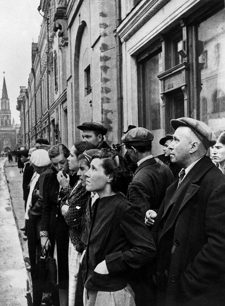Великата отечествена война 1941-1945г. Жителите на Москва слушат съобщението на правителството по радиото на 22 юни за нашествието на нацистка Германия