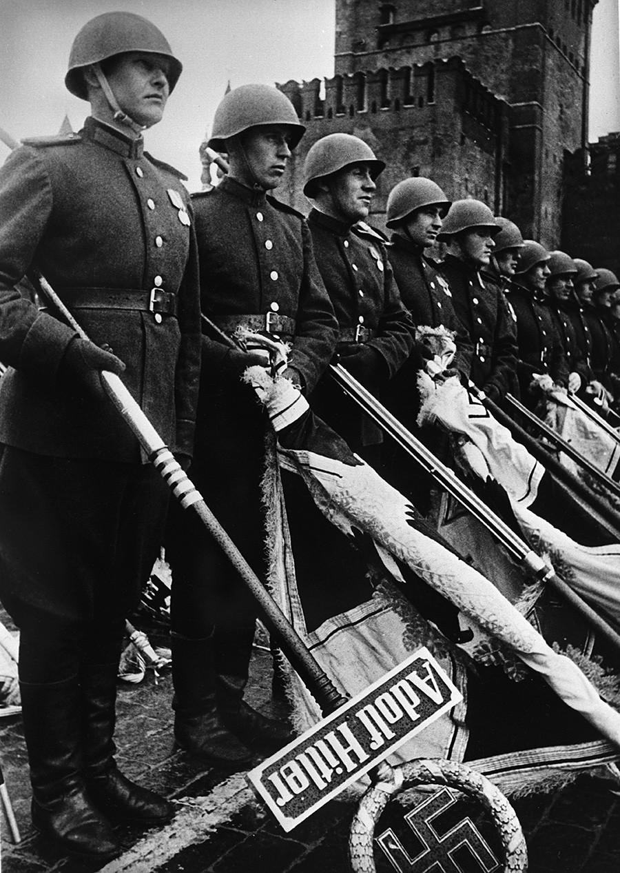 Парадът на победата на Червения площад в Москва на 24 юни 1945 година. Отбелязване на поражението на нацистка Германия през Втората световна война 1939-1945 г.