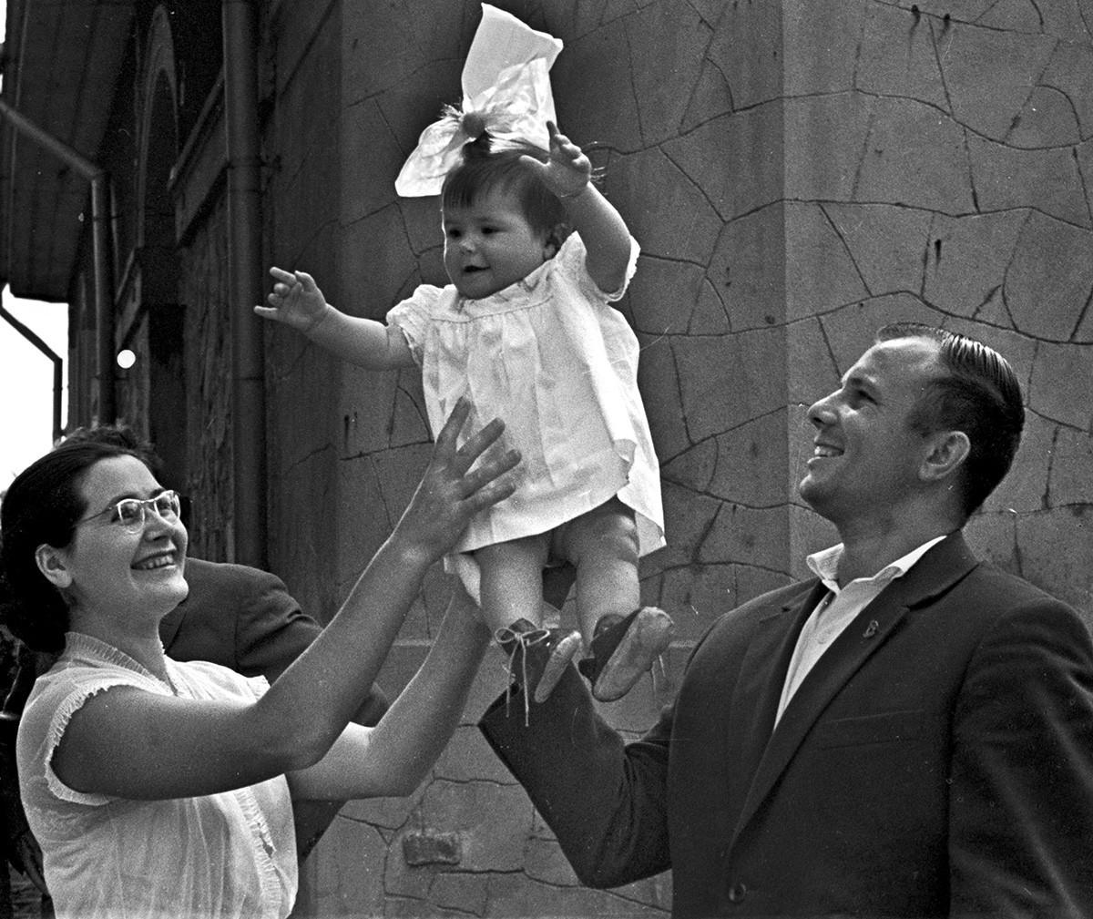 Yuri, Valentina y su hija Galina en Crimea, el 1 de agosto de 1961