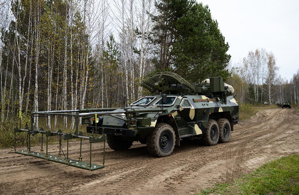 Listva pred vajo v rokah divizije zračne obrambe ruskih strateških raketnih sil v Novosibirski regiji
