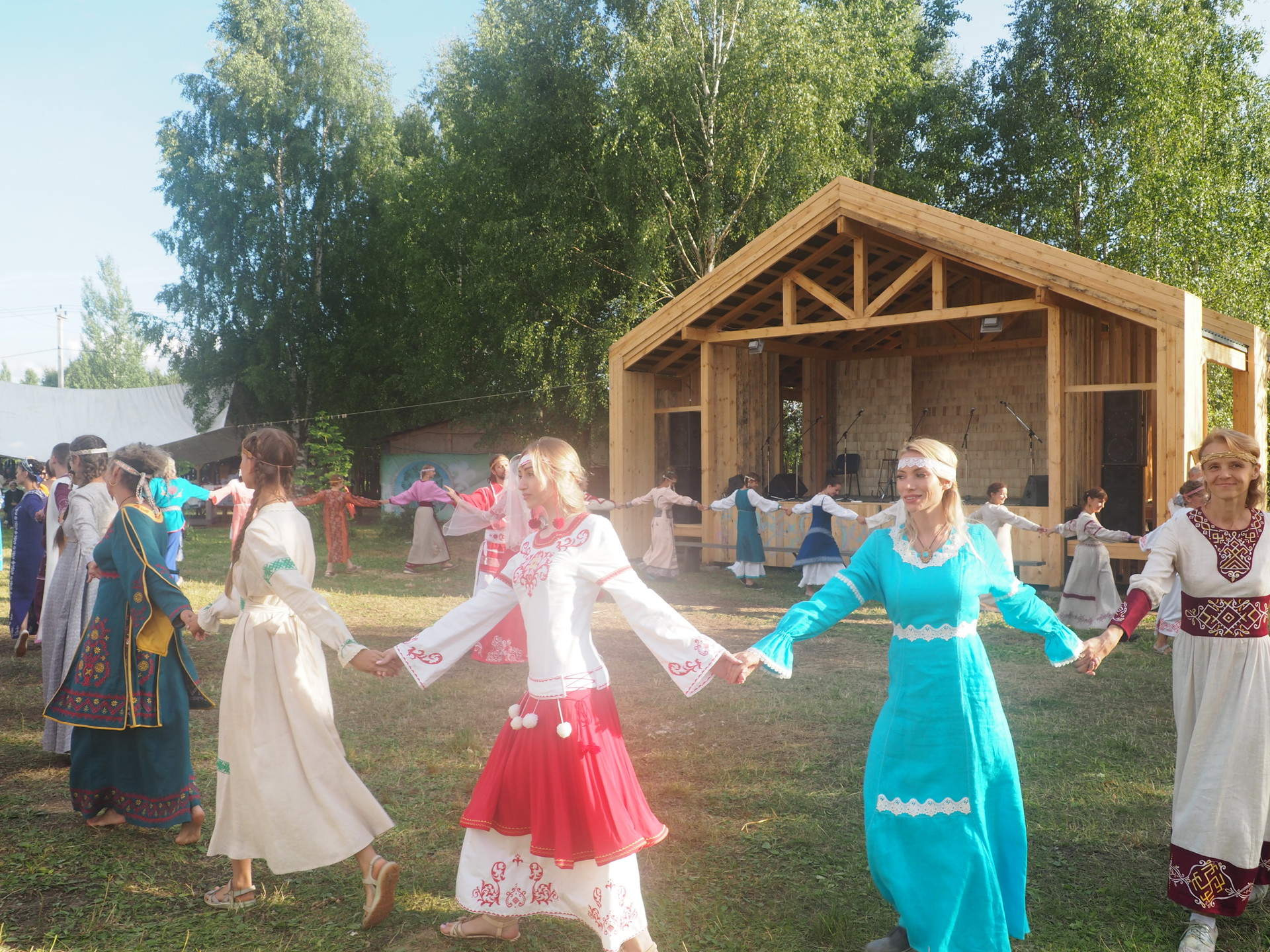 Plesanje kola v tradicionalnih slovanskih oblačilih na festivalu Dobra Zemlja.
