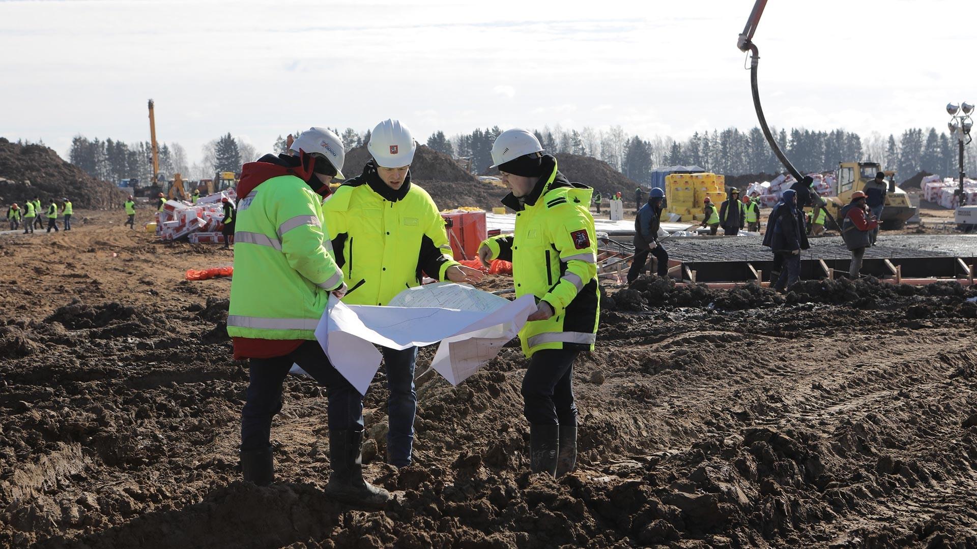 Para pekerja di situs pembangunan kompleks rumah sakit baru untuk penyakit menular.