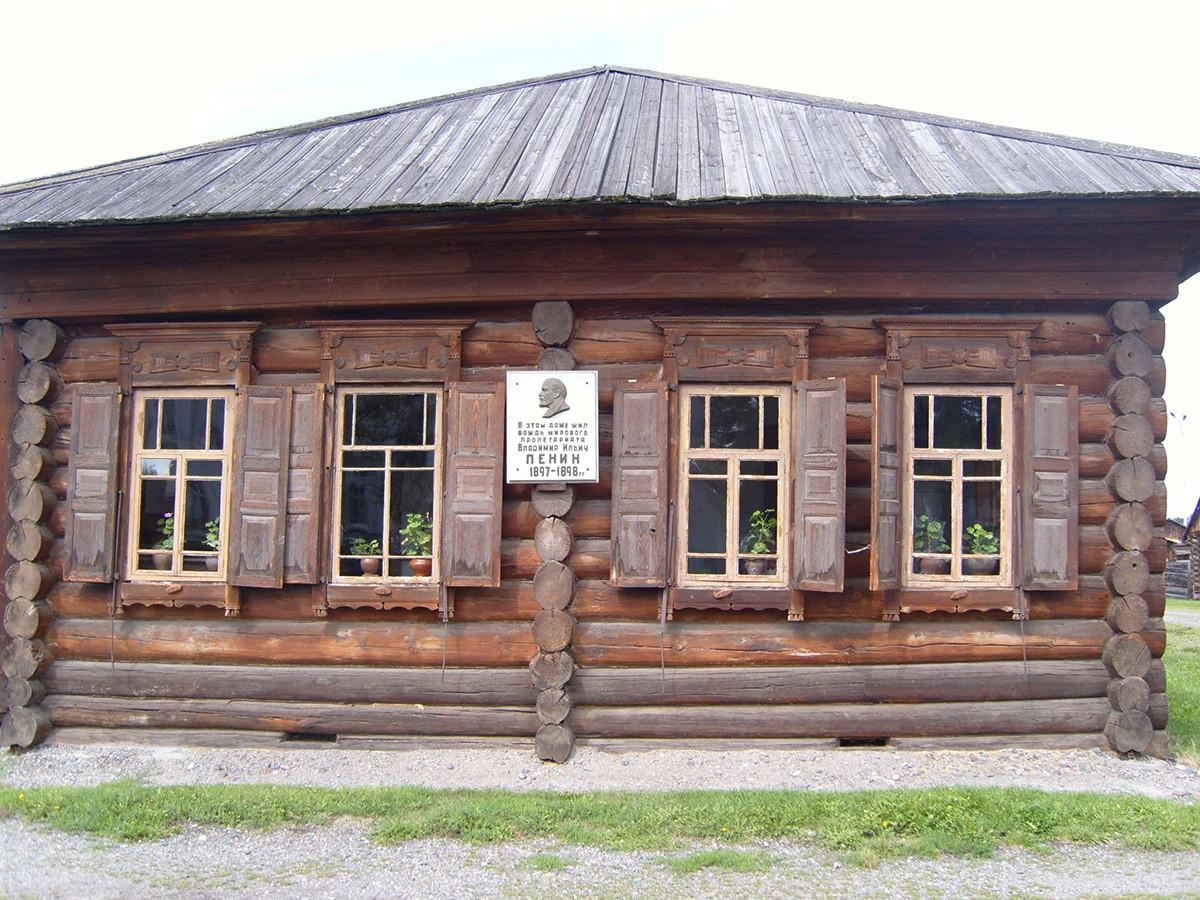 Экспозиция музея-заповедника «Шушенское» – дом Ленина с памятной табличкой
