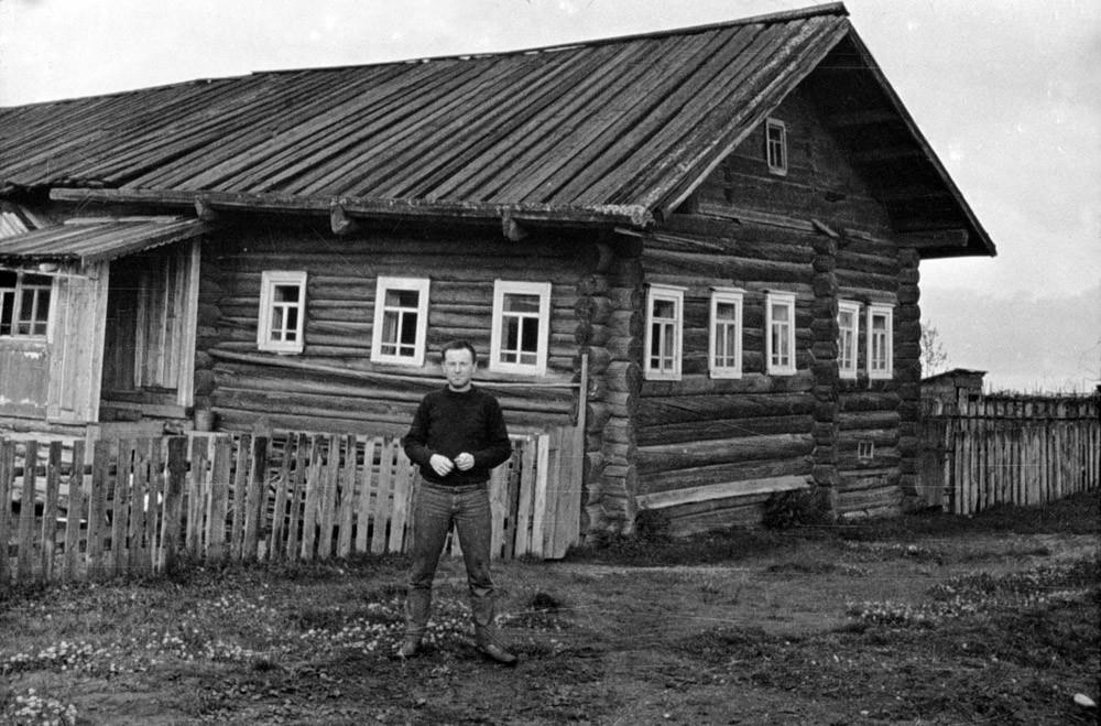 Иосиф Бродский на фоне дома в Норенской