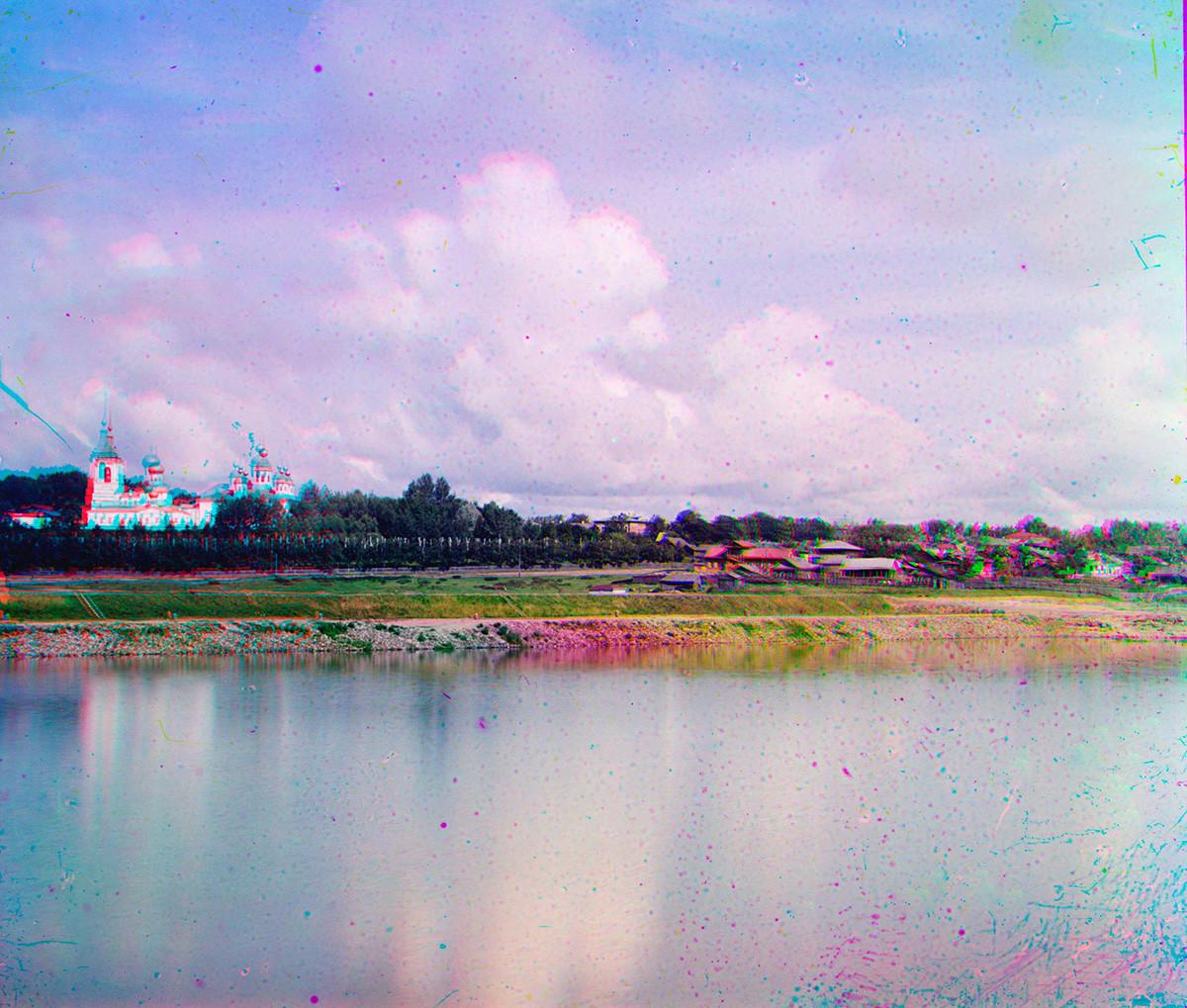 Cherepovéts. Vista hacia el norte desde la orilla derecha del río Sheksná. Por la izquierda: Catedral de la Trinidad (demolida hacia 1951), Catedral de la Resurrección (arriba). A la derecha: Río Yagorba. Verano de 1909