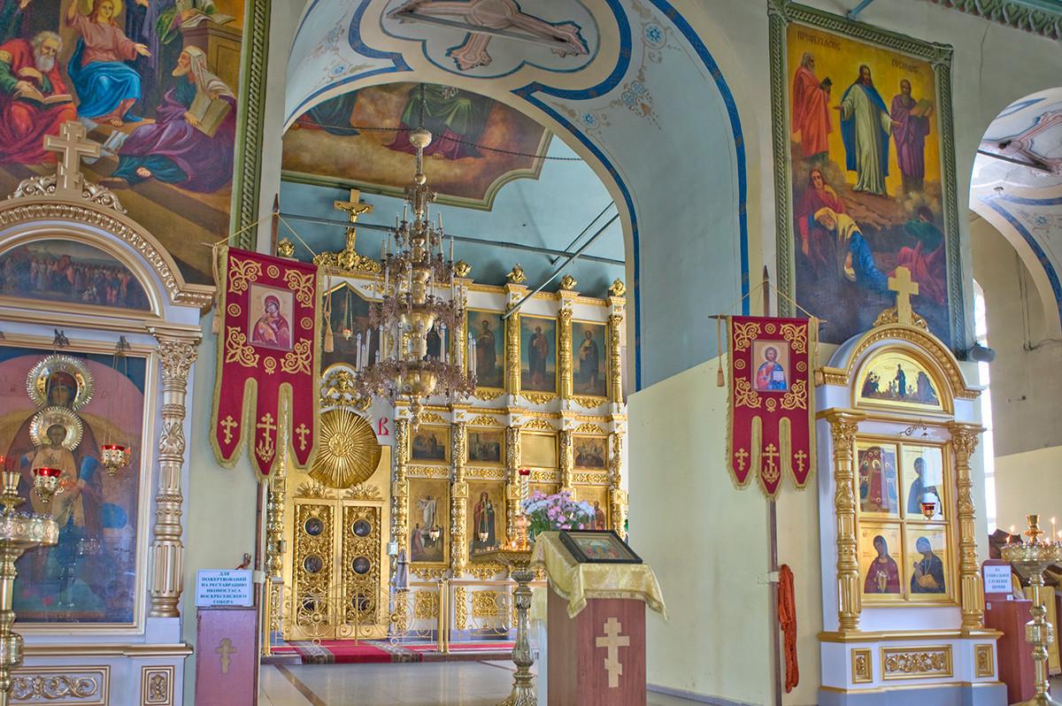 Catedral de la Resurrección. Interior, vista este, desde el vestíbulo hacia la pantalla de iconos. 10 de agosto de 2015