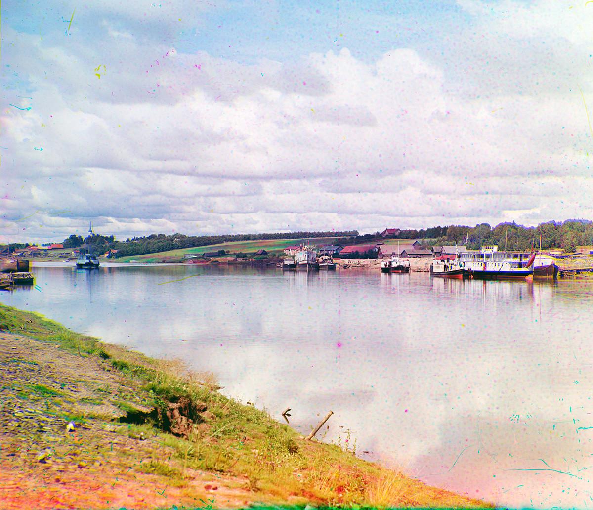 Cherepovéts. Vista noroeste desde la orilla derecha del río Sheksná. Izquierda: Iglesia de la Natividad de Cristo en el pueblo de Rozhdestvénskoe