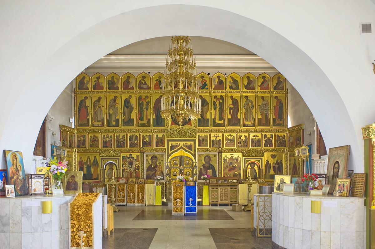 Iglesia de la Natividad de Cristo. Interior, vista este, desde el vestíbulo hacia la pantalla de iconos. 10 de agosto de 2015