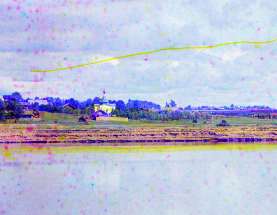"""Cherepovéts. Vista noreste, desde la orilla derecha del río Sheksná. Centro: Capilla del Icono de la Virgen """"fuente vivificante"""". Verano de 1909"""
