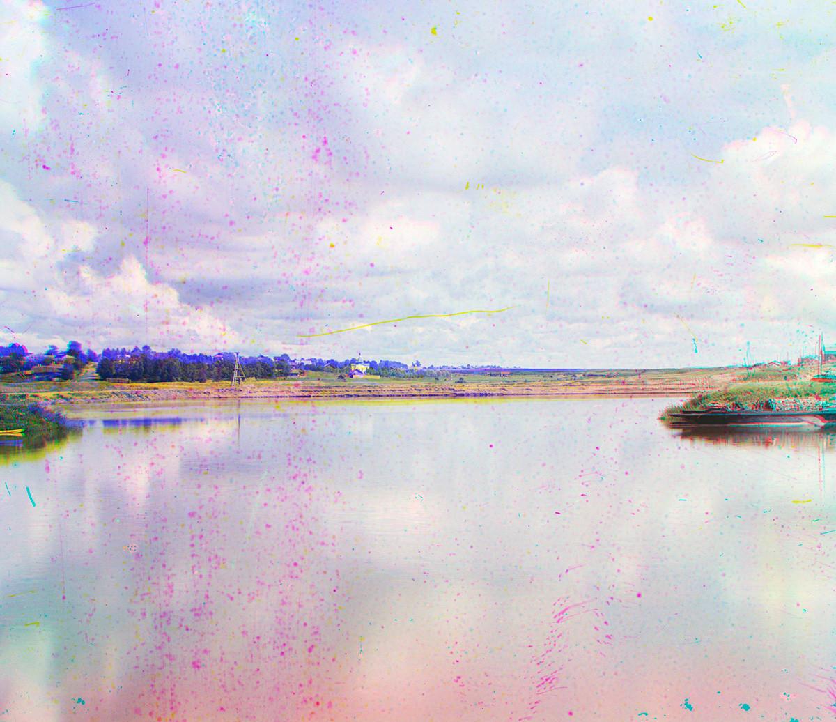 """El puerto de Cherepovéts. Vista noreste desde la orilla derecha del Sheksná. Izquierda: Capilla del Icono de la Virgen """"fuente vivificante"""". Verano de 1909"""