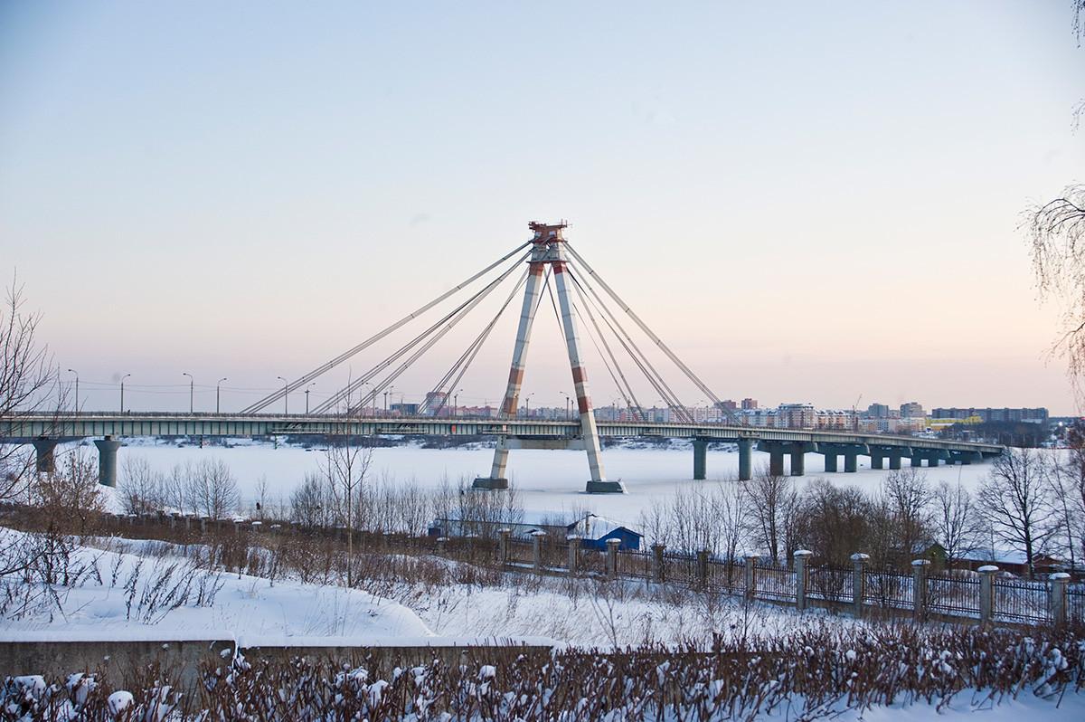 Puerto de Cherepovéts con el puente colgante sobre el río Sheksná. Vista hacia noroeste desde la orilla derecha del Sheksná. 2 de enero de 2010