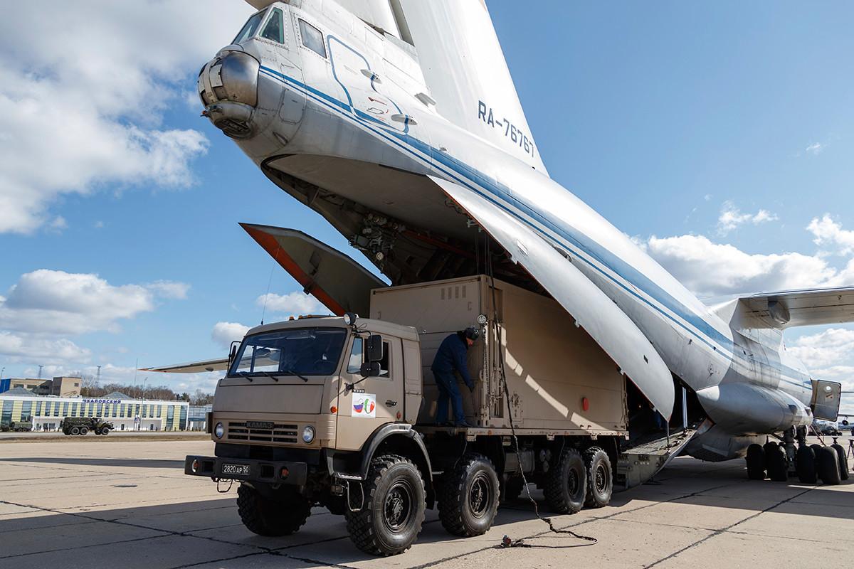 Девет гломазни товарни авиони Ил-76 на товарење на опремата, воен аеродром Чкаловски во Москва. Русија се подготвува да испрати медицински персонал и материјал во Италија.