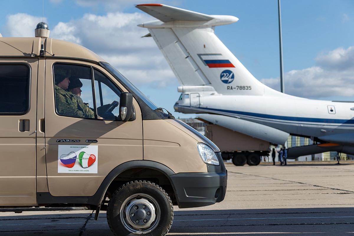 Ruska vojska šalje medicinsku opremu i materijal u Italiju s aerodroma u Moskovskoj oblasti.