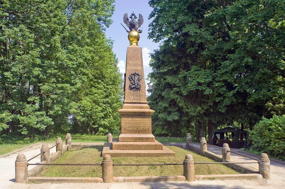Veskovo. Monumento a Pedro el Grande. Vista hacia el lago Pleshchéievo. 7 de junio de 2019
