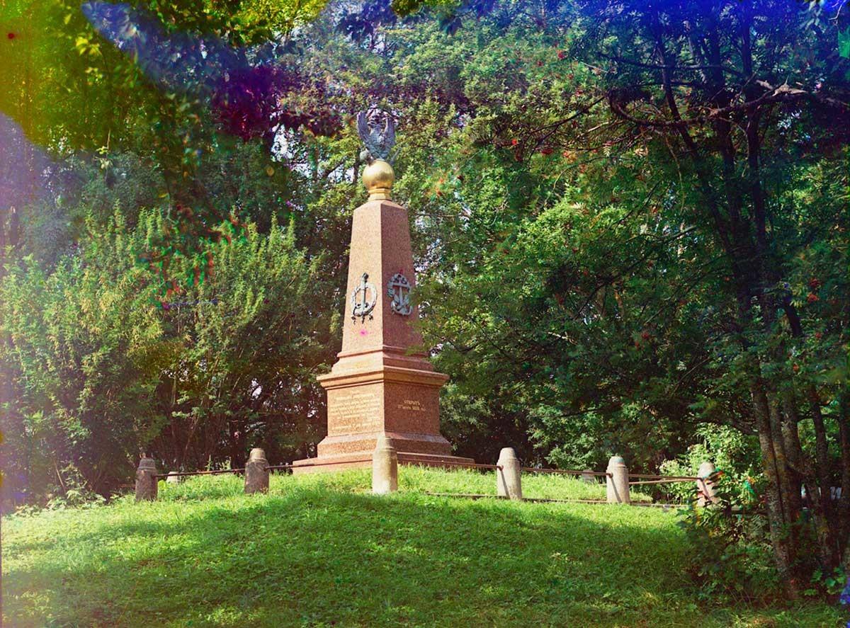 Monumento a Pedro el Grande. Vista desde el parque, con el texto del decreto (ukaz) de Pedro de preservar la flotilla de Pleshchéievo. Verano de 1911