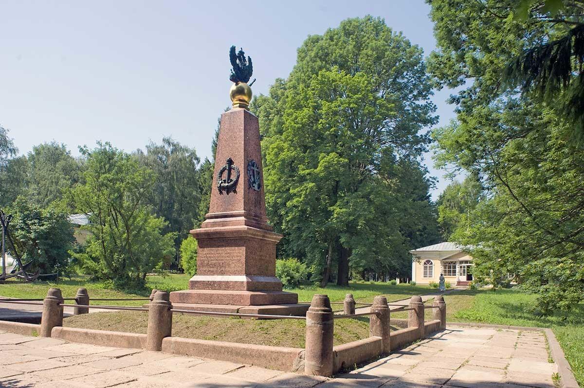 Monumento a Pedro el Grande. Vista desde el parque, con el texto del decreto (ukaz) de Pedro de preservar la flotilla de Pleshchéievo. 7 de junio de 2019