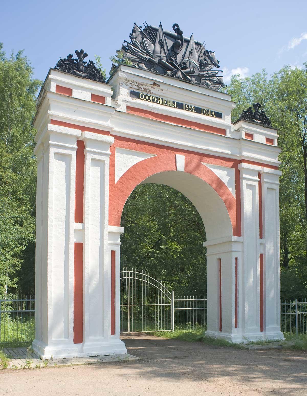 Veskovo. Arco de Triunfo (entrada a la finca). 7 de junio de 2019.