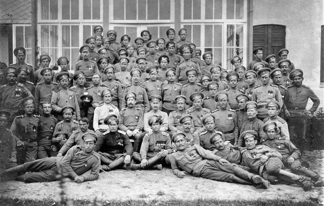 Les cavaliers de l'Ordre impérial et militaire de Saint-Georges issus du détachement. Au centre : Leonid Pounine. Juillet 1916.