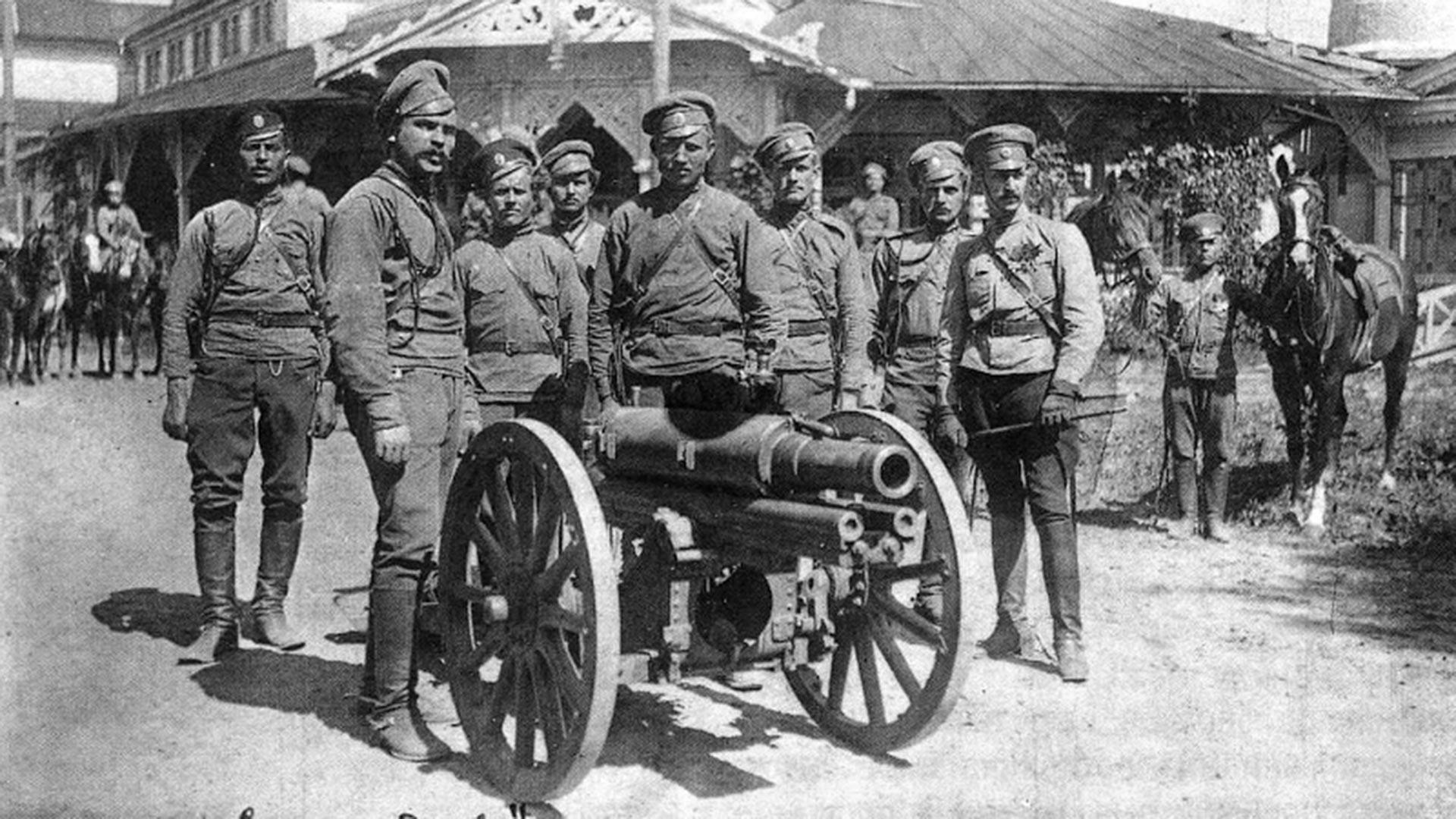 Des soldats de la section d'artillerie du détachement en compagnie de l'ataman Pounine.