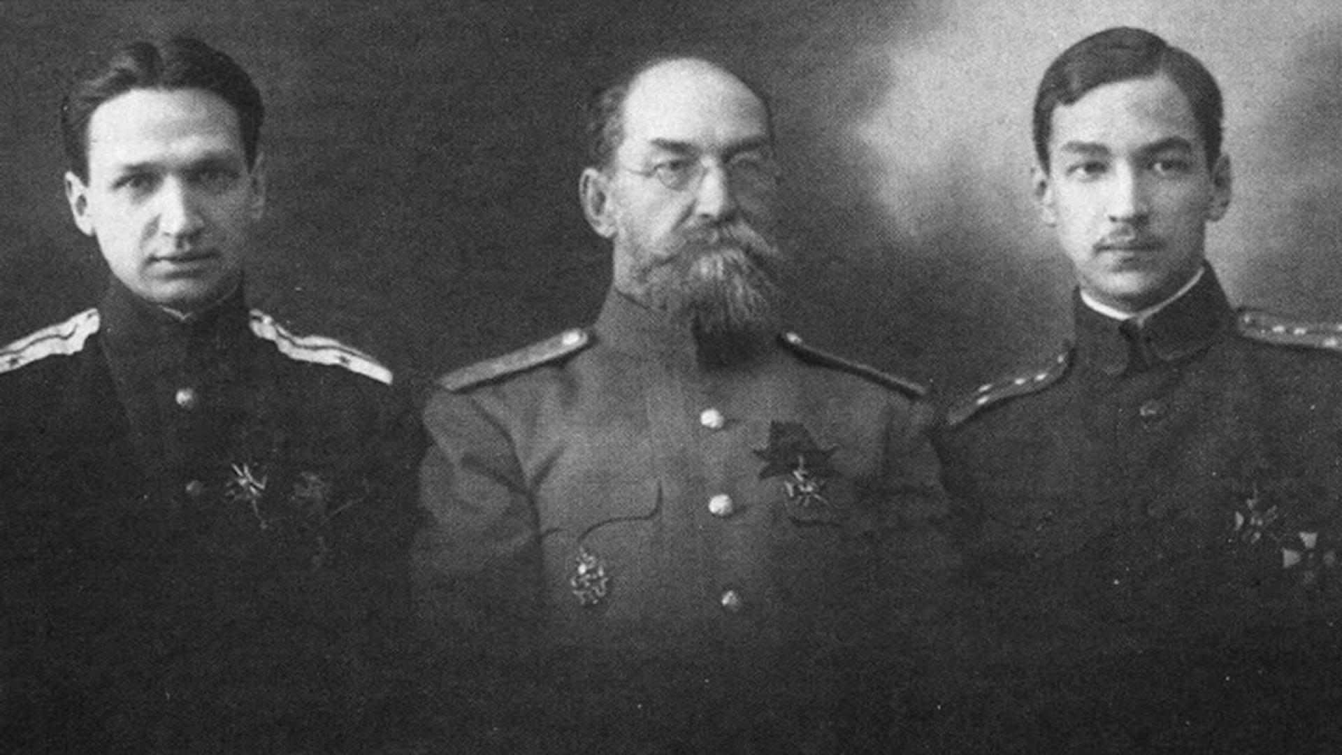 Le chef d'état-major, le capitaine Alexandre Pounine, le général de division Nikolaï Pounine et le capitaine d'état-major Lev Pounine.