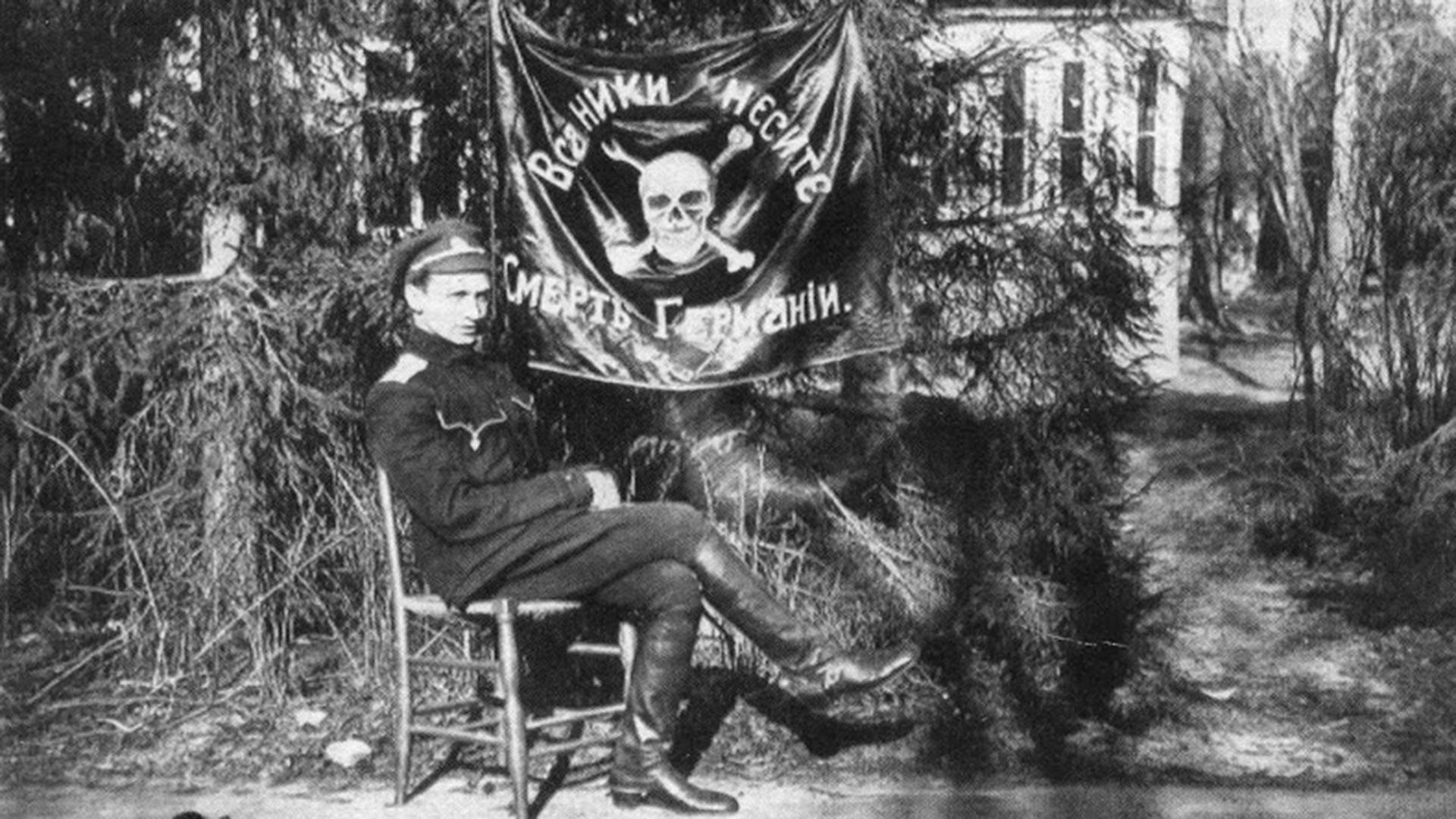 Адъютант отрдяда поручик Александр Пунин с отрядным знаменем.