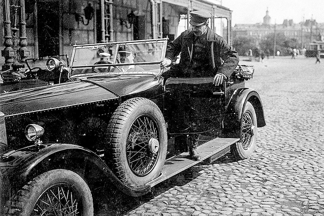 Сталин садится в личный автомобиль