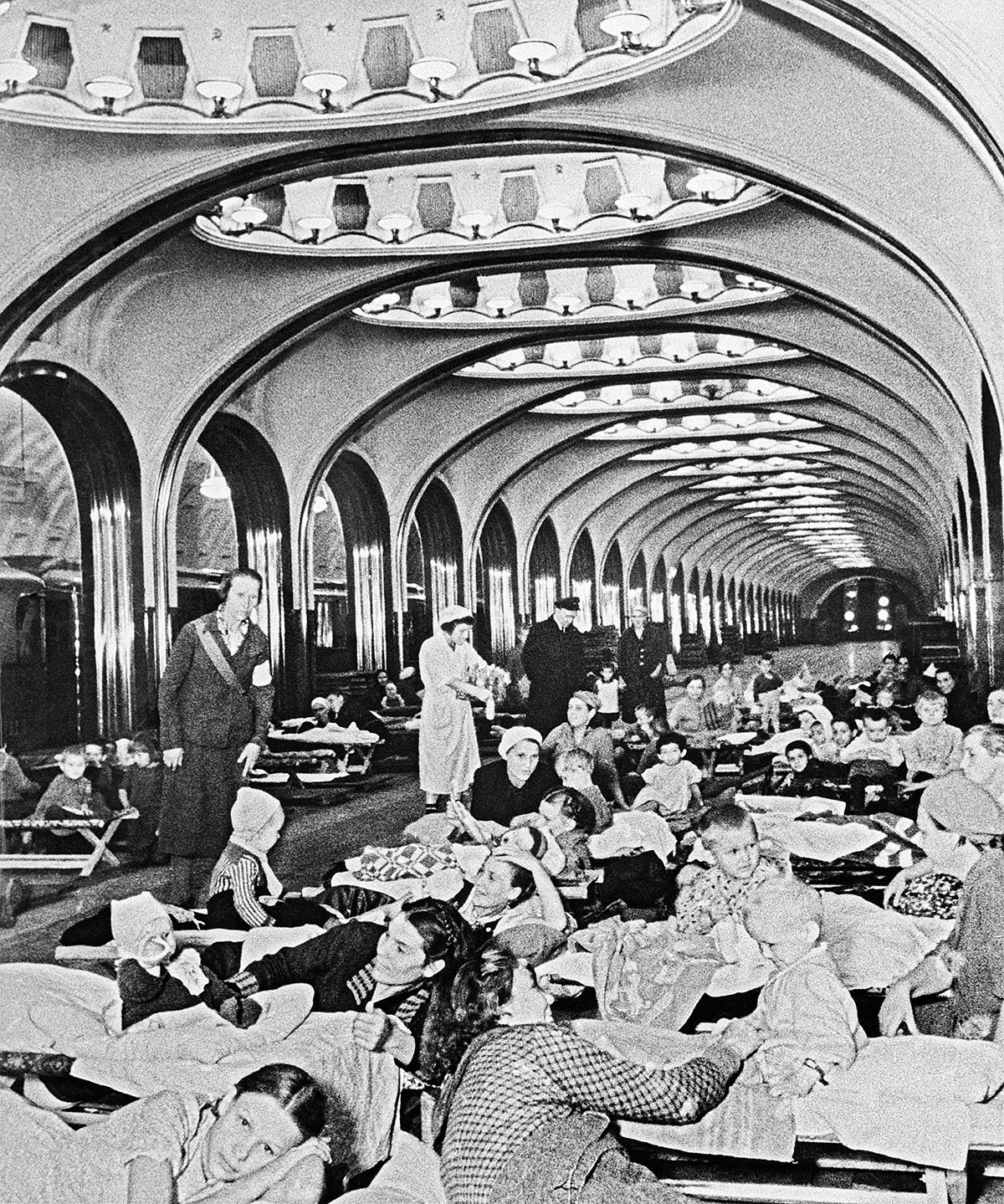 第二次世界大戦中、地下鉄マヤコフスカヤ駅 で避難しているモスクワ住民