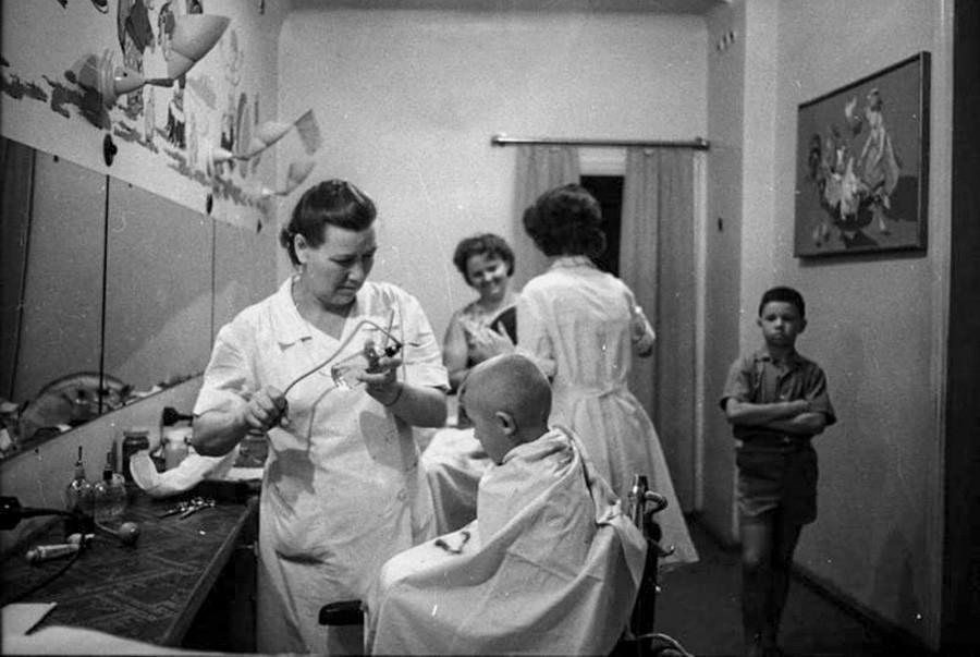En la peluquería, atendiendo a niños. 1966