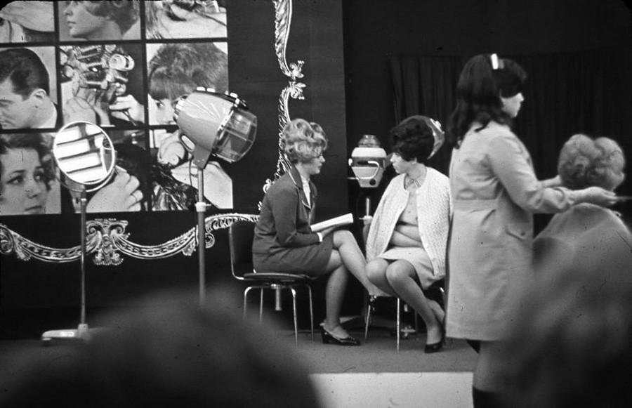 En la peluquería, 1968