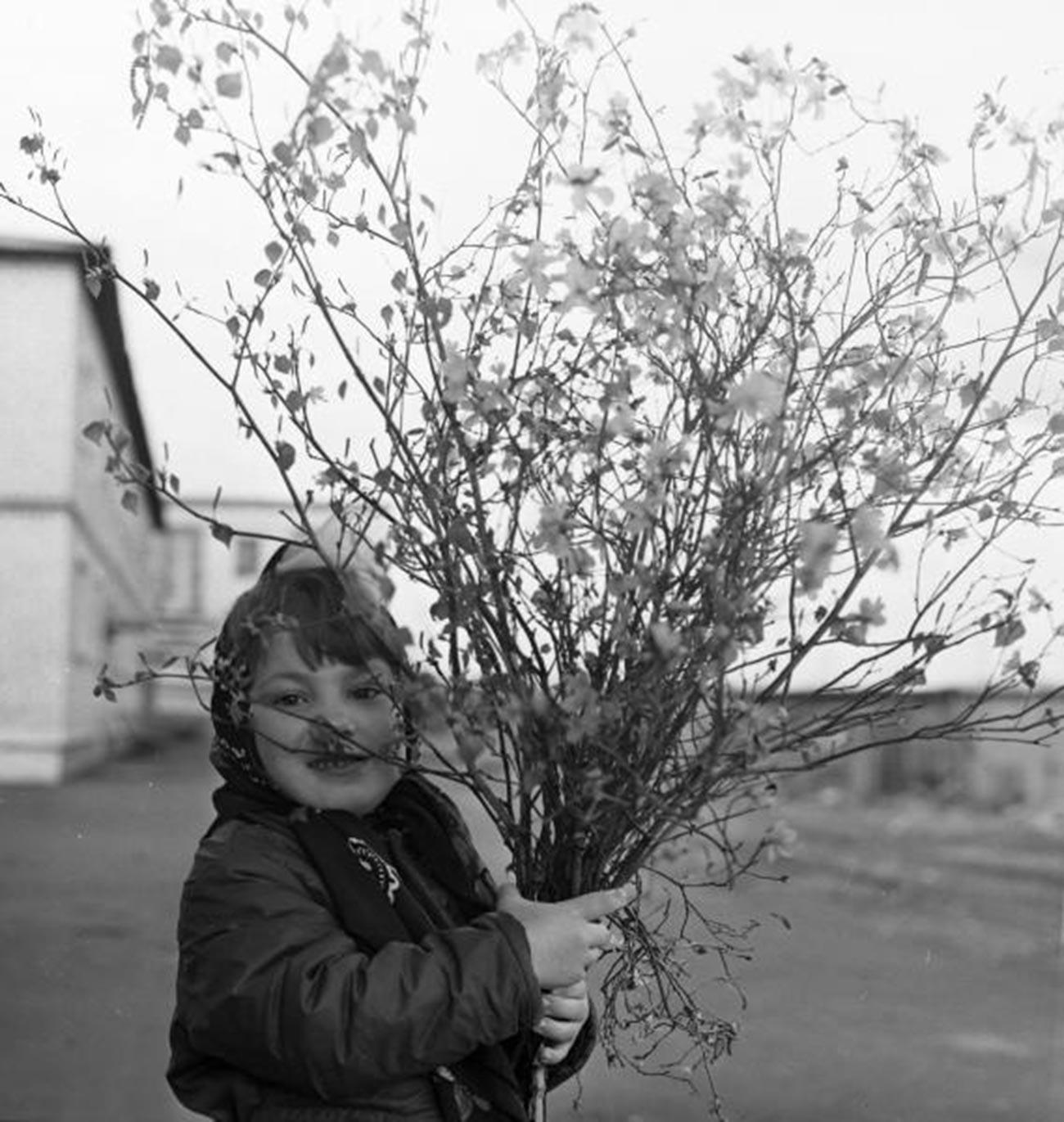 花を手にする少女、1970年代