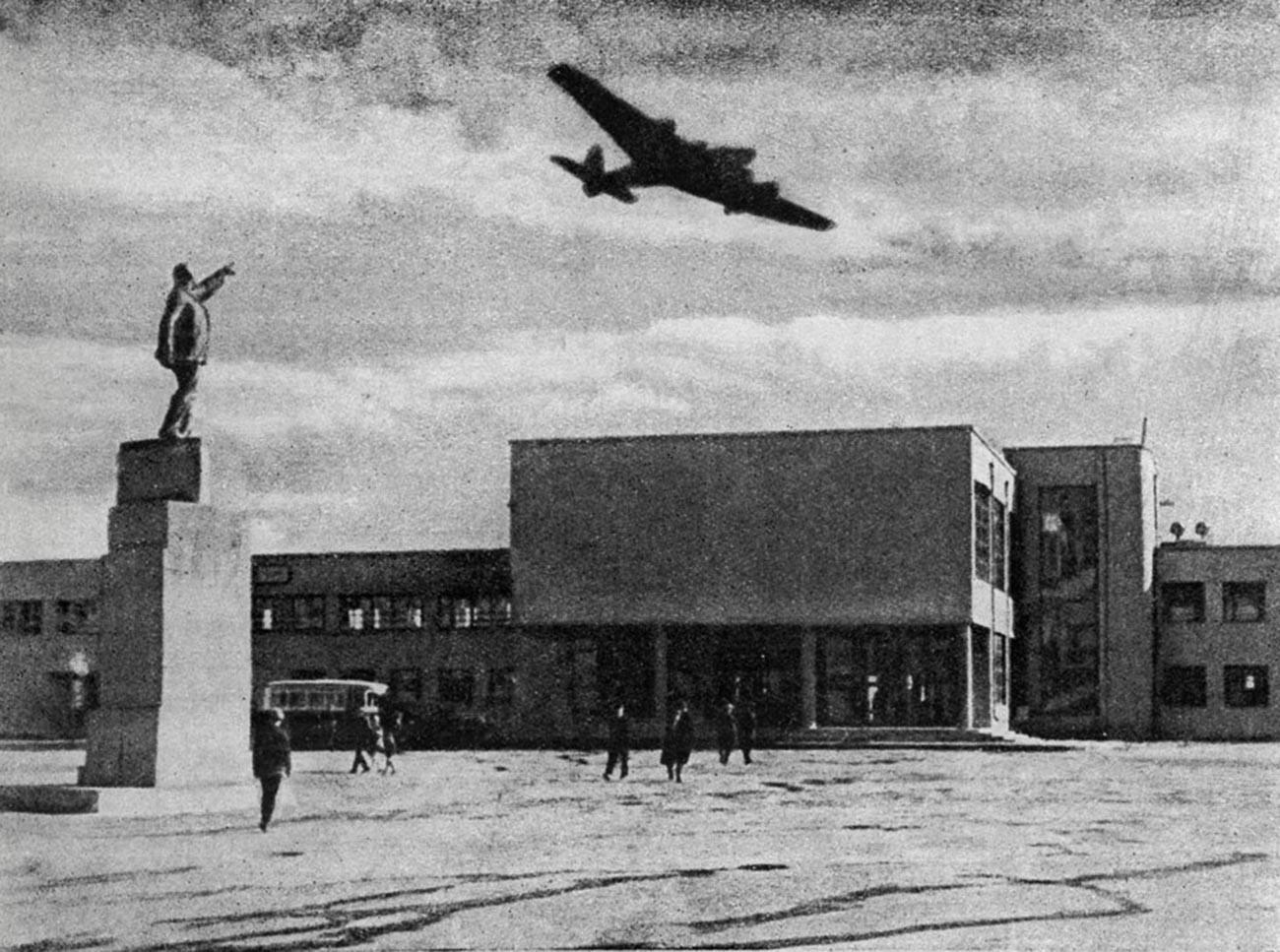 ホドィンスコエ・ポーレ空港のANT-14飛行機、1934年