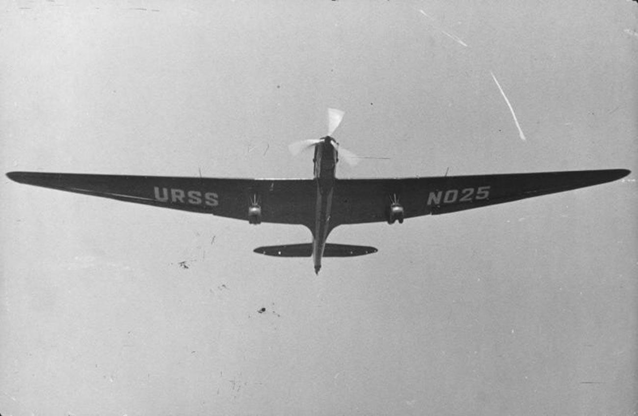 飛行中のANT-25
