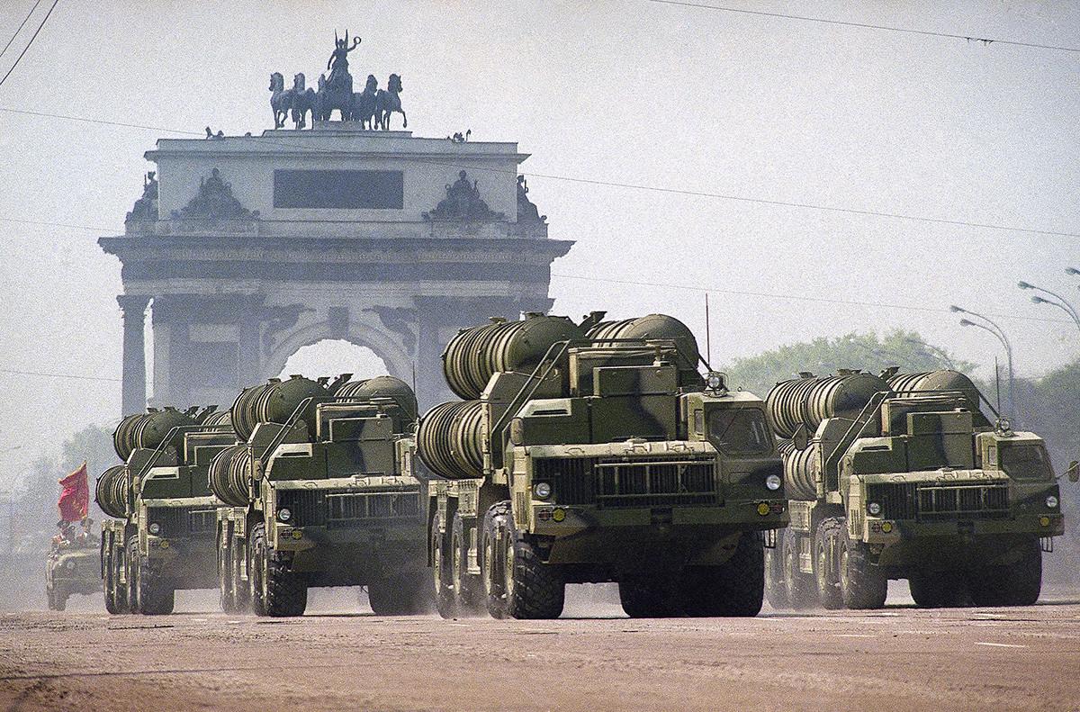 Военни камиони, превозващи ракети за С-300 на един от основните московски булеварди, минават през Триумфалната арка в Москва на 9 май 1995 г.