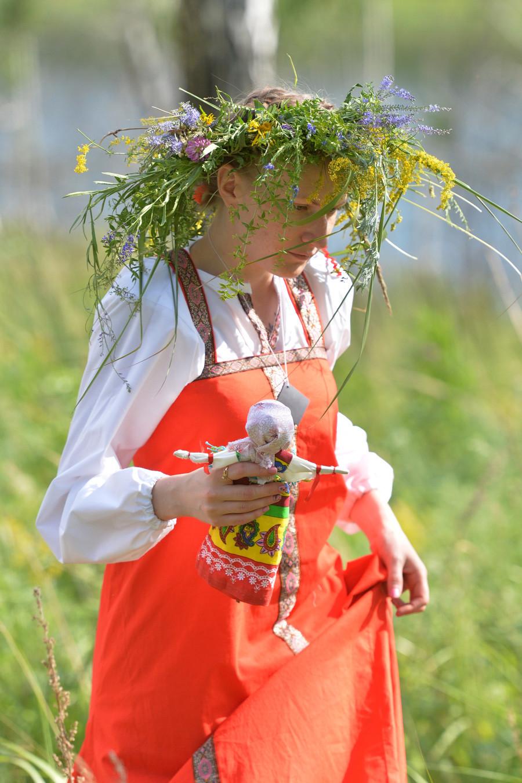 Joven con una muñeca durante el festival Iván Kupala en la región de Chelyabinsk.