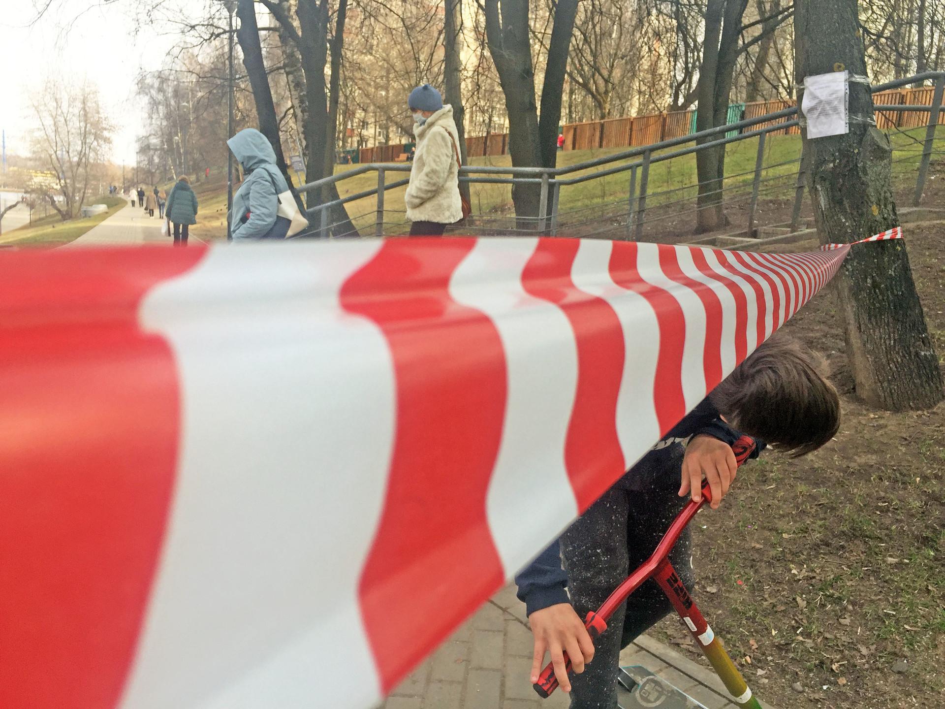 Warga menerobos garis pembatas di sebuah taman di kawasan Moskow.