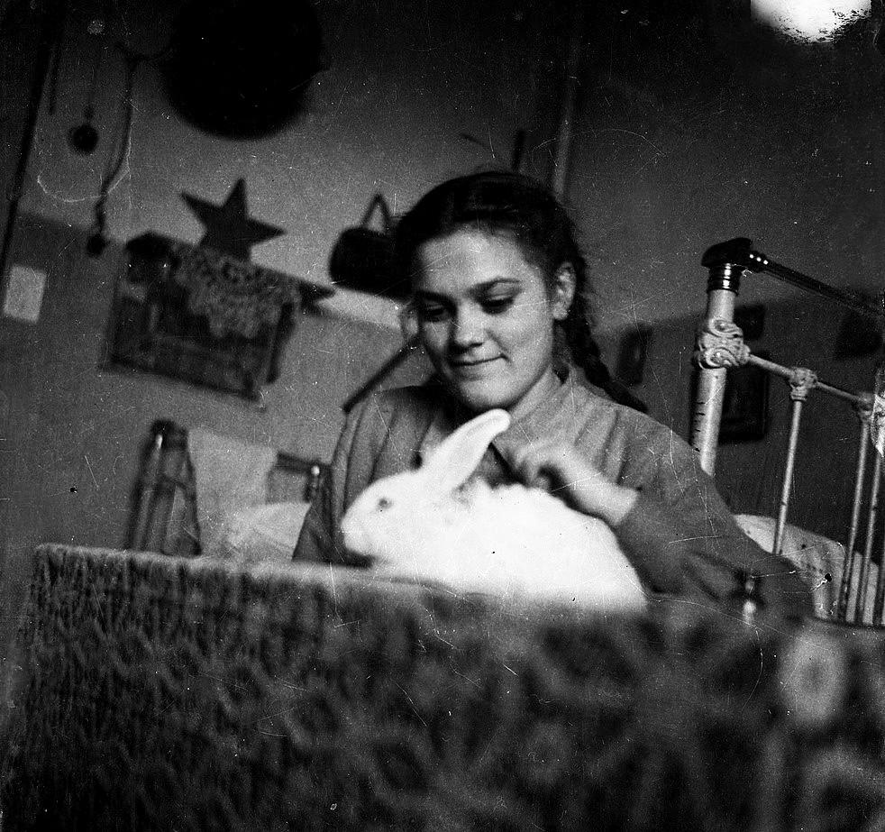 La estudiante de primer curso Maia Osia con un conejo, 1950-51.