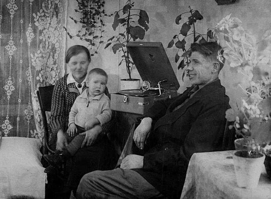 V.N. Bardakov, el mejor obrero estajanovista de materiales refractarios de la fábrica de Magnitogorsk de Hierro y Acero, y su familia escuchan música en casa.