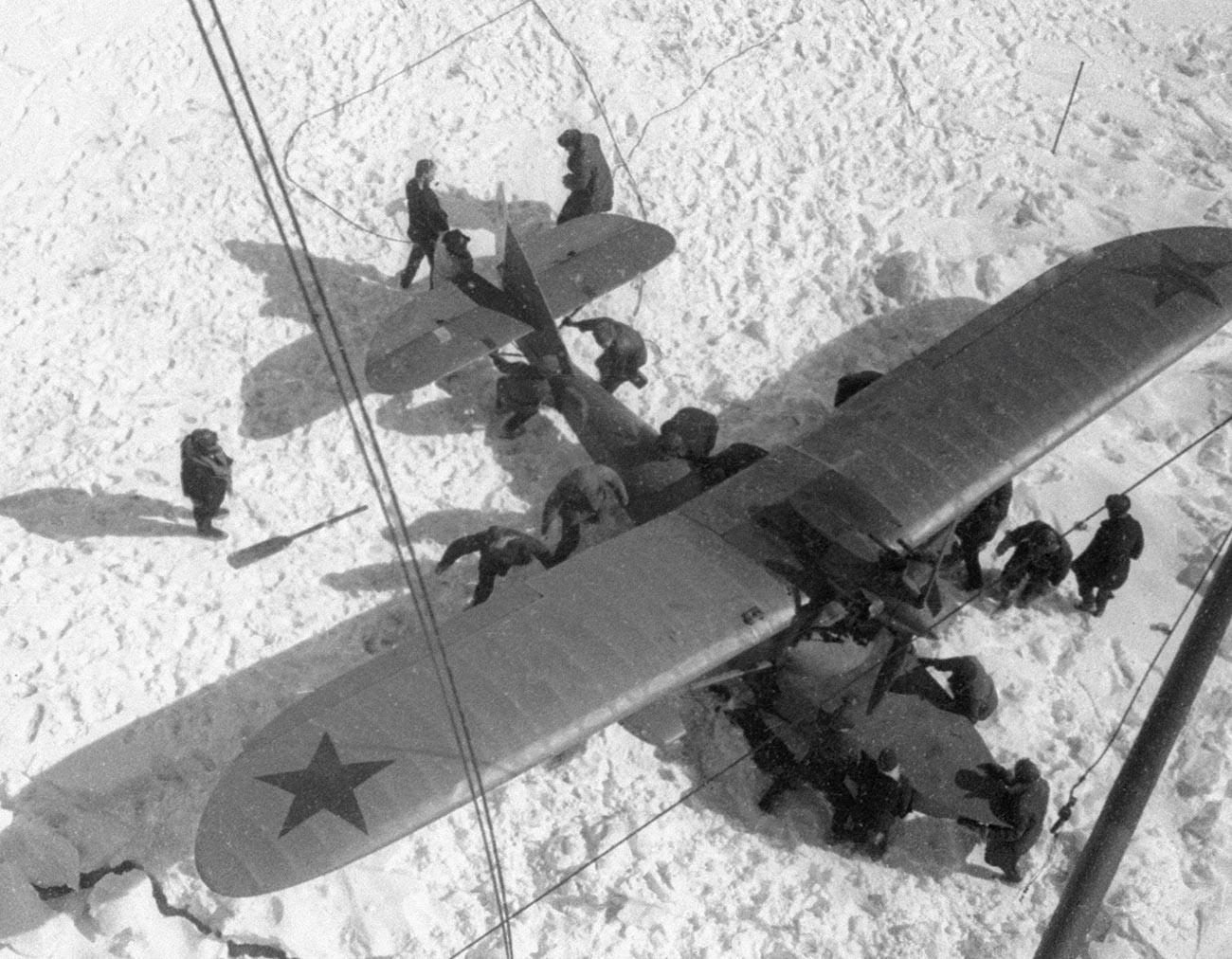 蒸気船「チェリュースキン」の乗客の救出作戦