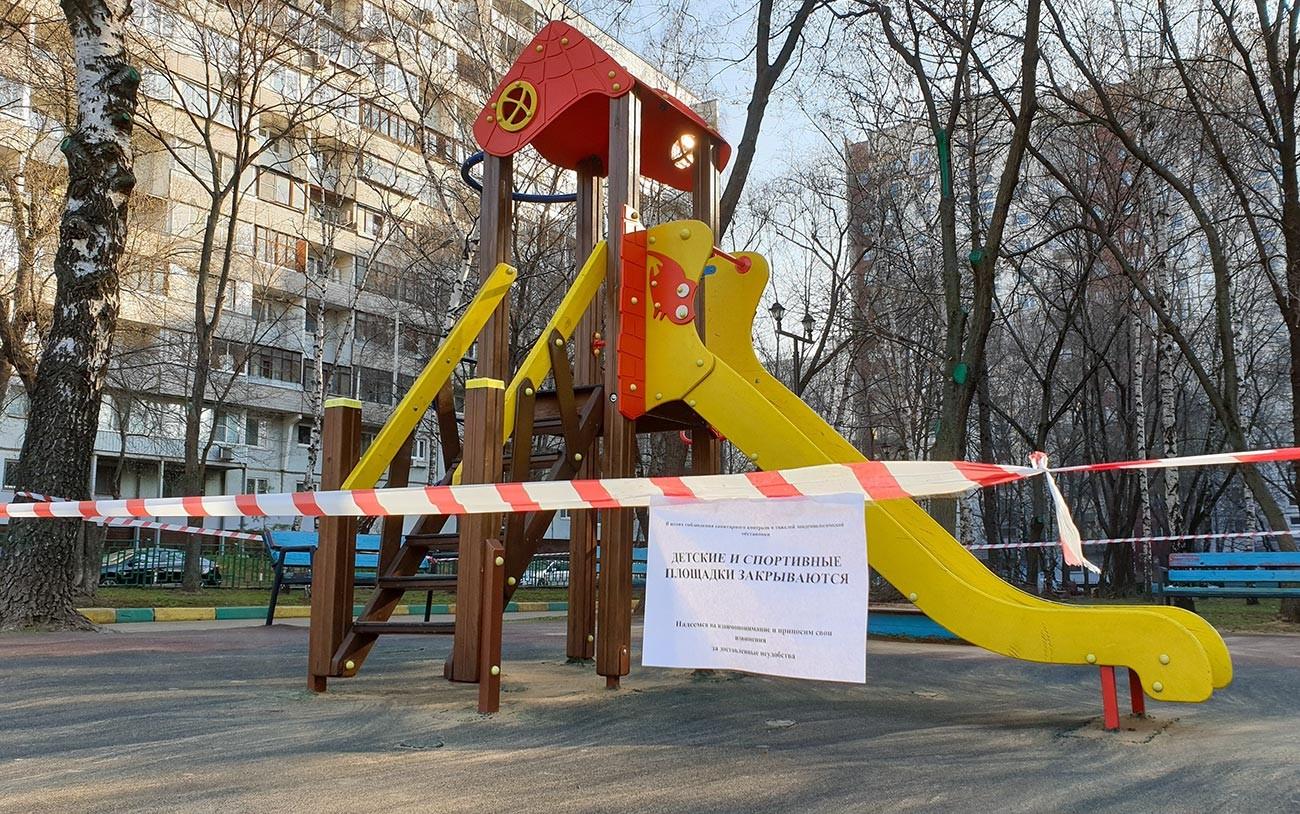 モスクワでは子供の遊び場も閉じられている。