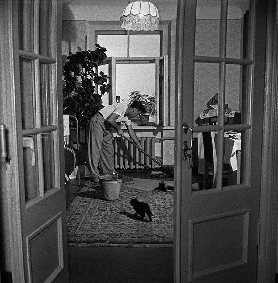 「部屋を掃除するグーセフ」、1958年