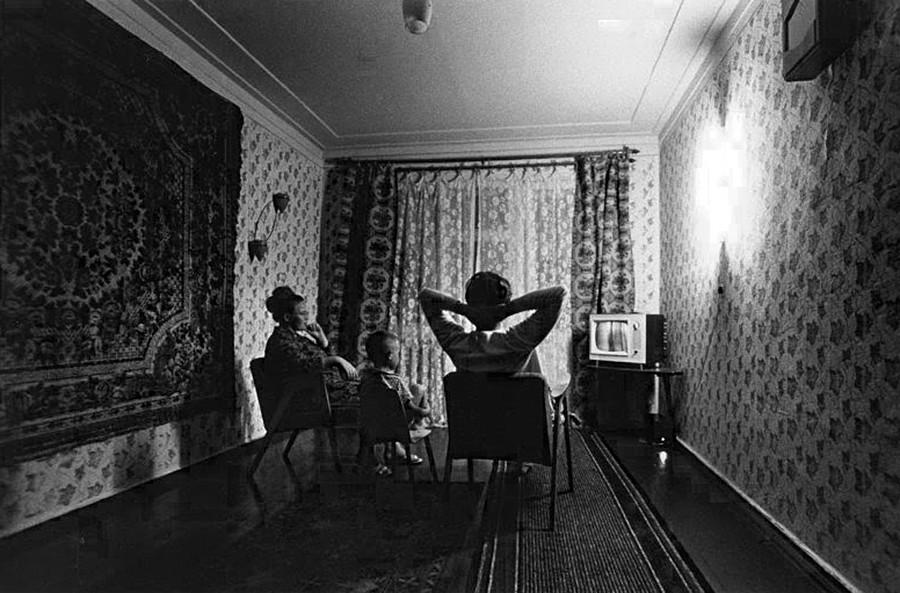 テレビの前に集まる一家、1969年