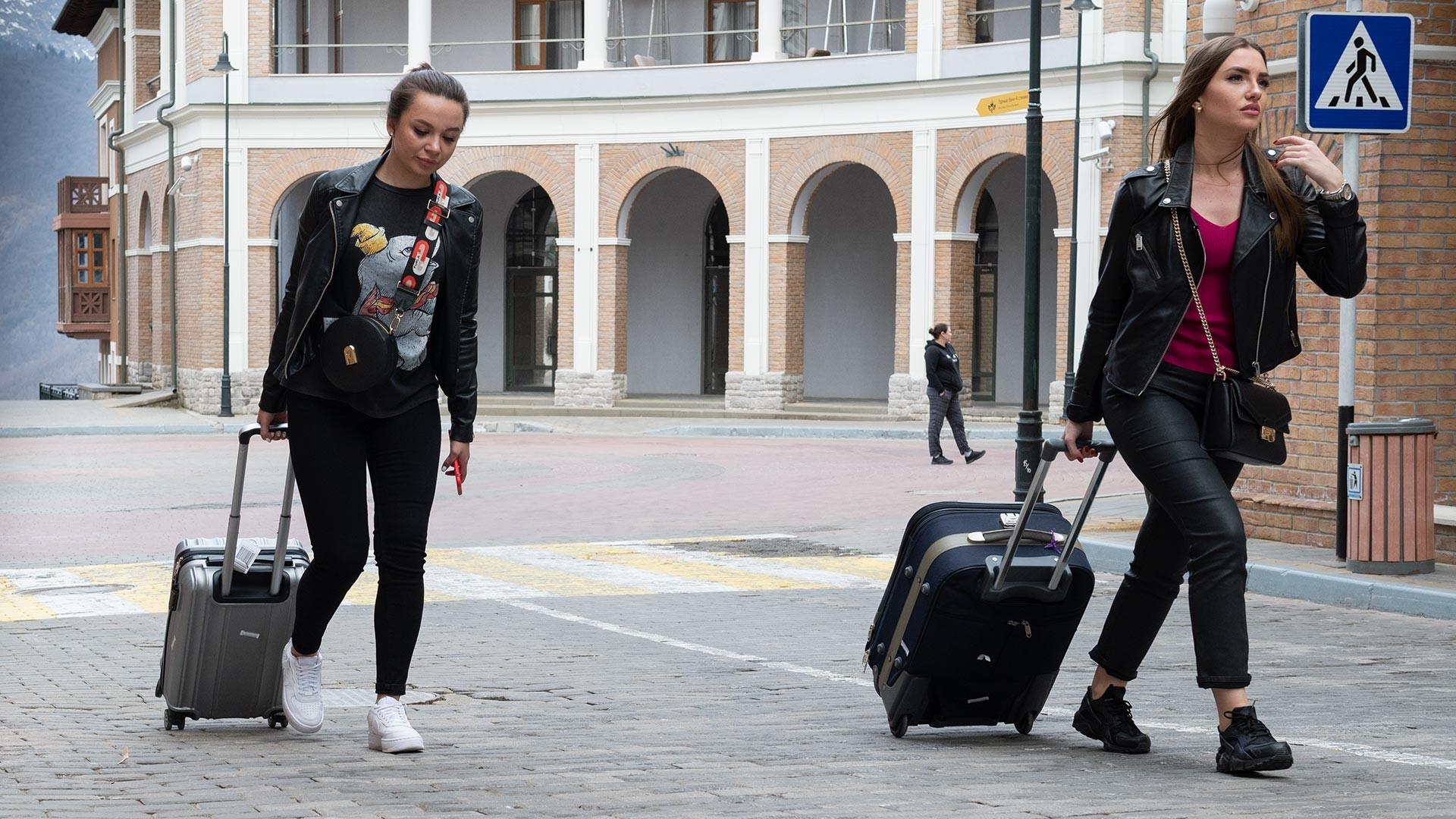 Turistas deixam Krásnaia Poliana.