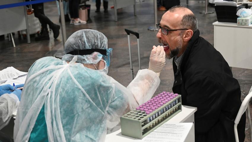 Un médico revisa a los pasajeros en el aeropuerto Sheremetievo de Moscú