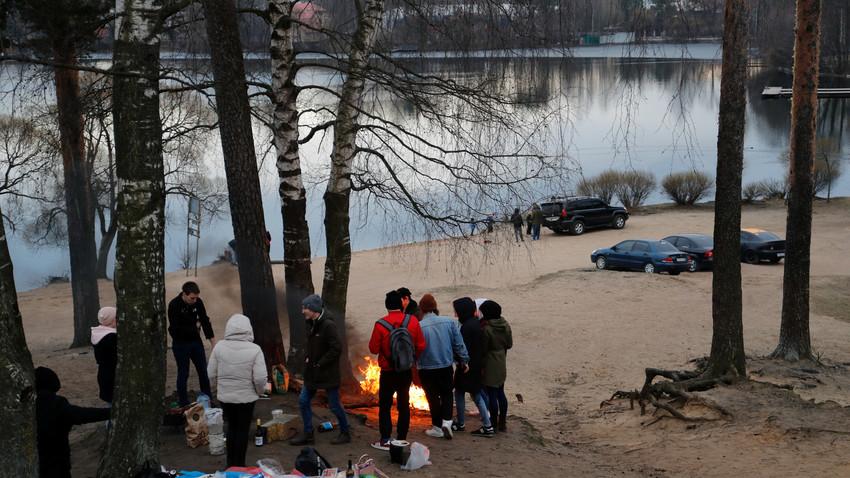 Ljudje na pikniku v Sankt Peterburgu na prvi dan koronapočitnic, ki jih je odredil Putin za zajezitev širjenja COVID-19. Nekateri Rusi bi te posameznike označili s katero od novih žaljivk za tiste, ki se ne držijo ukrepov.