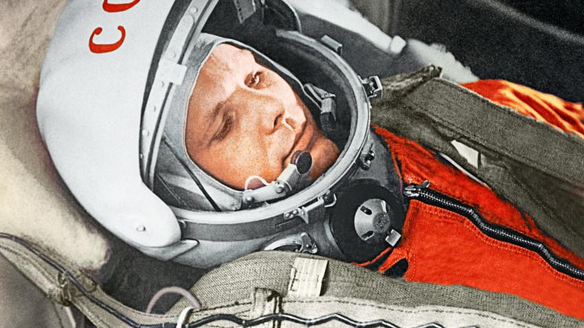 """Jurij Gagarin u kabini svemirskog broda """"Vostok"""" tijekom prvog na svijetu orbitalnog svemirskog leta 12. travnja 1961. godine."""
