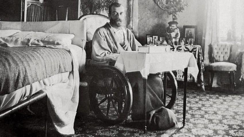 Kaisar Nikolay II saat memulihkan diri dari tipes di Krimea.