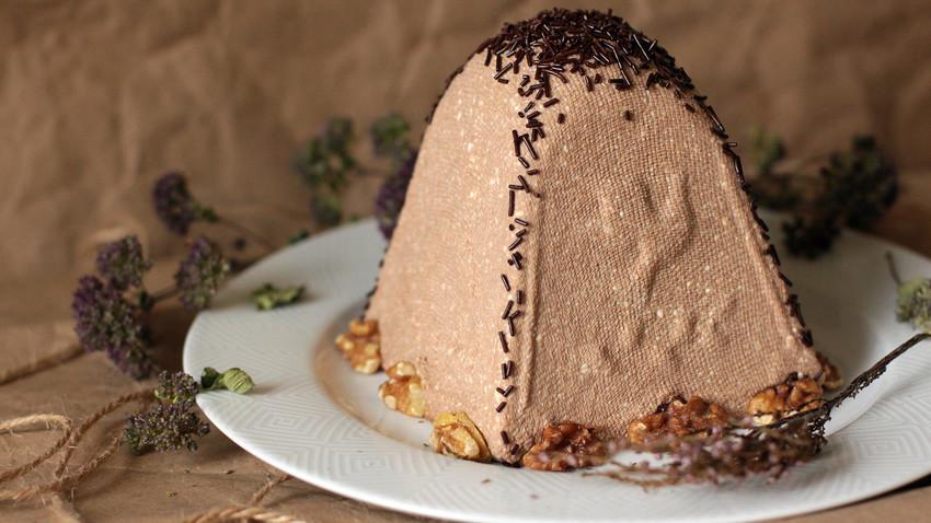Pasha ni samo ruska beseda za veliko noč, ampak je tudi sladka jed iz skute v obliki odsekane piramide, ki naj bi simbolizirala Kristusovo grobnico.