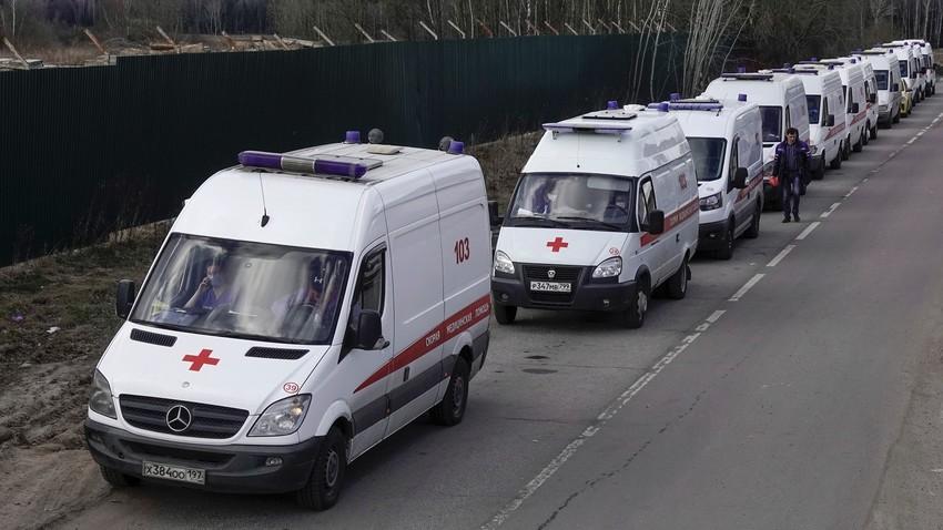 Ambulâncias formam fila para hospital em Khímki, cidade vizinha a Moscou.